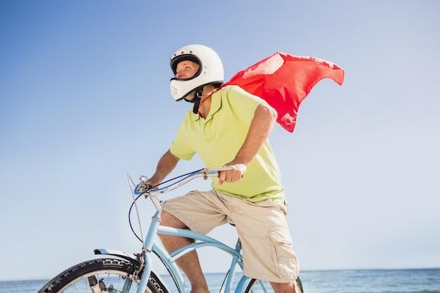 Старший супергерой езда на велосипеде