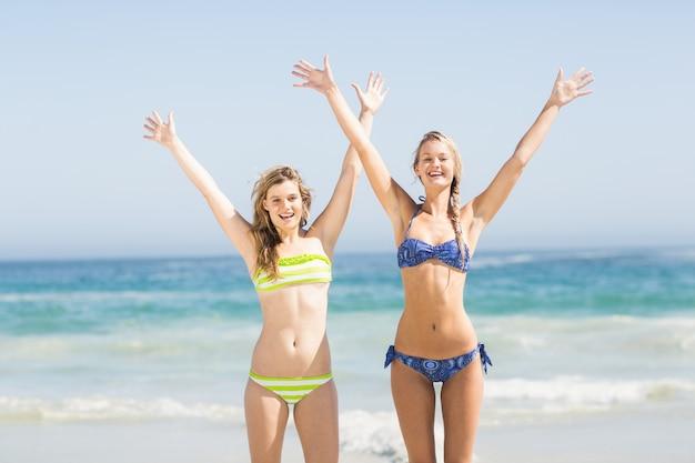Возбужденные женщины в бикини на пляже
