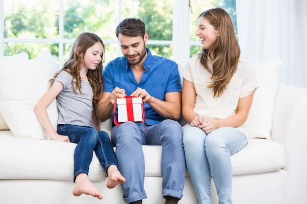 家族とソファーに座りながら男オープニングギフト