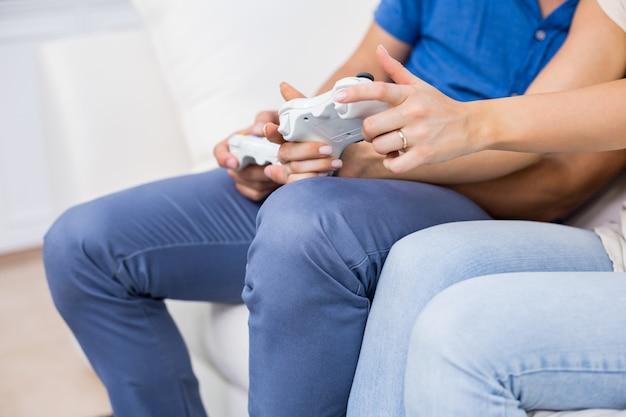 ビデオゲームをプレイするカップルの中間セクション