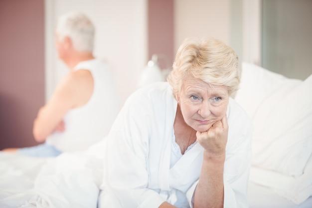 ベッドに緊張した年配のカップル