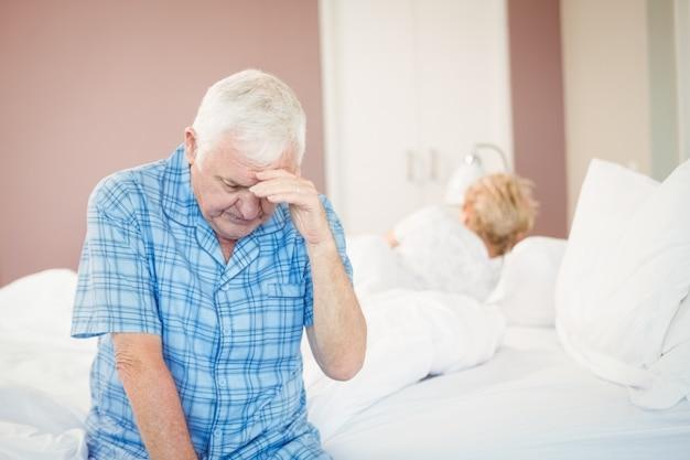 自宅で緊張した年配のカップル