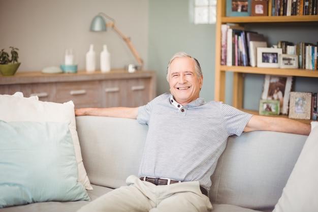 自宅で座って幸せな年配の男性の肖像画