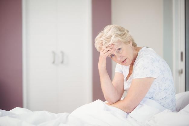 頭痛に苦しんでいる年配の女性の肖像画