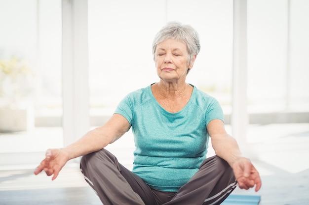 Женщина, выполняющая йогу дома