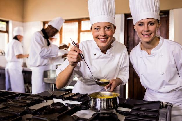 Две женщины повара готовят еду на кухне