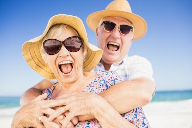 帽子を受け入れると年配のカップル