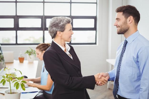 男性の同僚と実業家ハンドシェーク