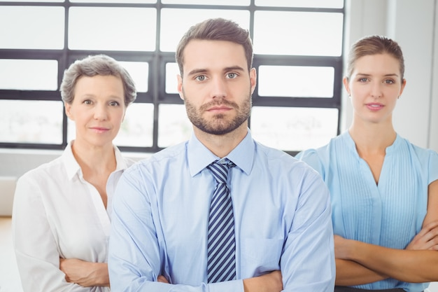 腕を組んでオフィスで自信を持ってビジネス人々
