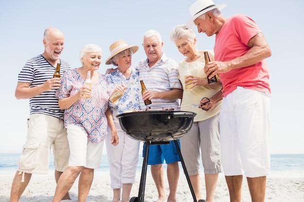 Старшие друзья на барбекю