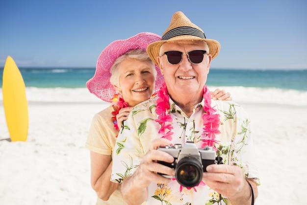 年配のカップル持株カメラ