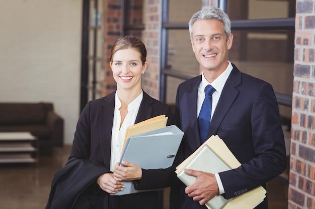 ファイルを持つ幸せなビジネス人々