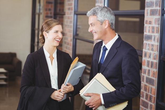 オフィスで議論する幸せなビジネス人々