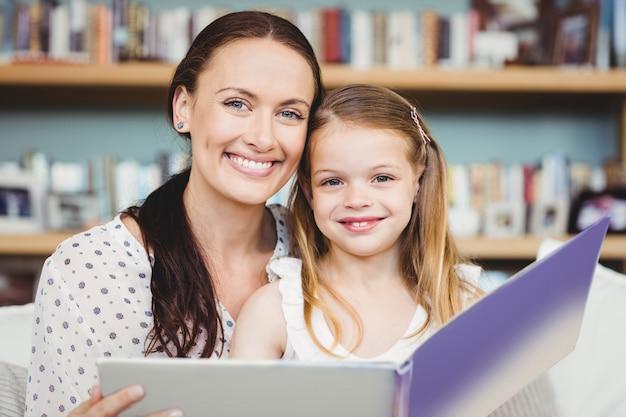 母と娘の本のクローズアップの肖像画