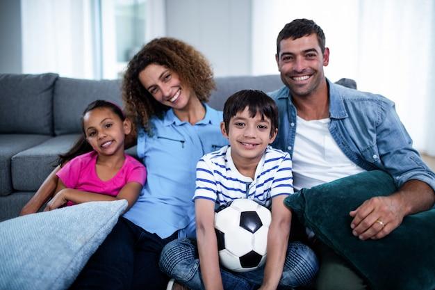 テレビで一緒に見ている家族の肖像画