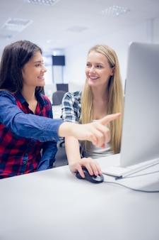 大学でコンピューターを使用して笑顔の子供達