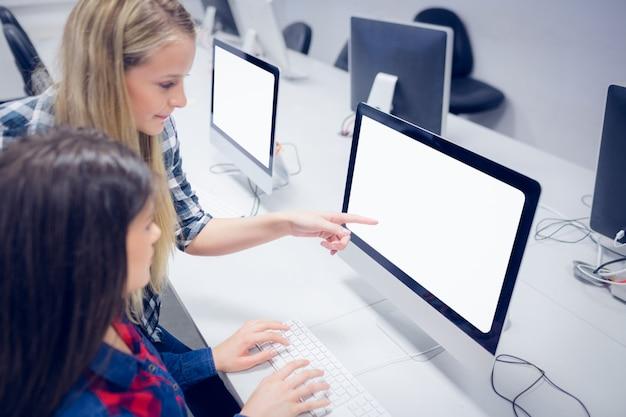 大学のコンピューターで働く学生