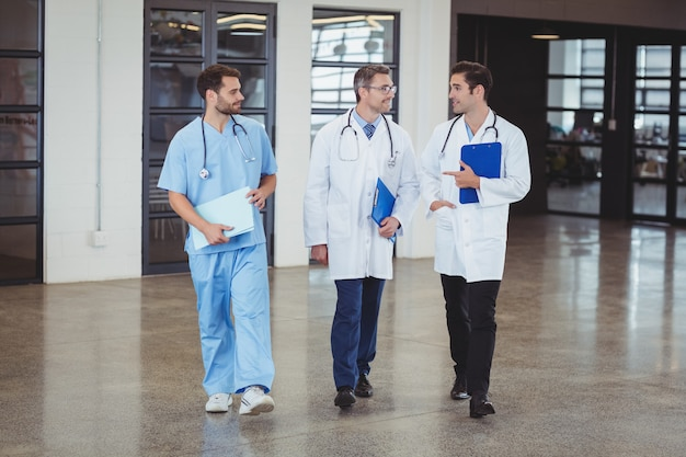 議論する医師の完全な長さ