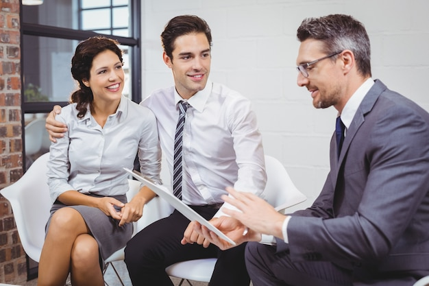 Бизнесмен обсуждает с клиентом