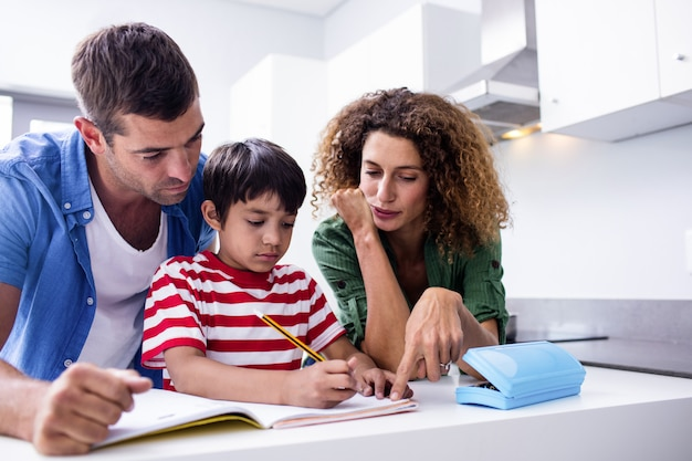 息子の宿題を手伝う親