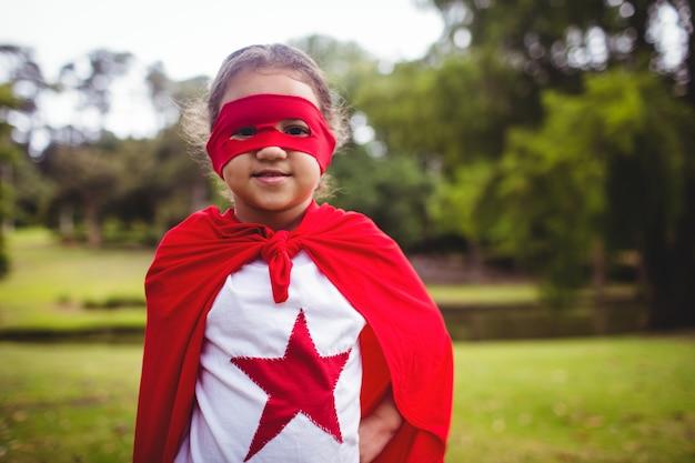 スーパーヒーローの衣装の少女の肖像画