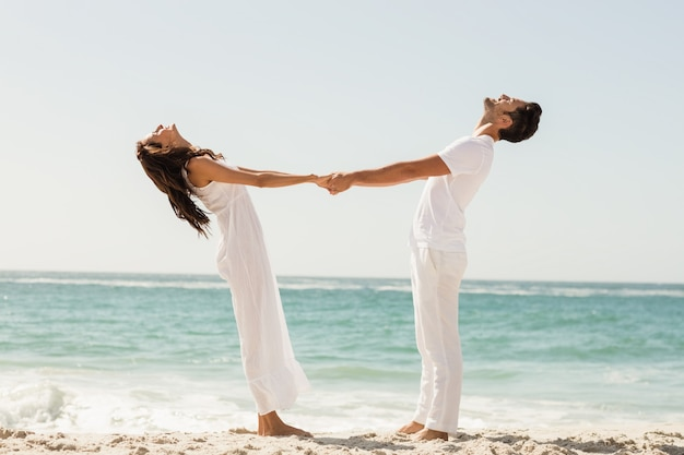 手を繋いでいる若いカップル
