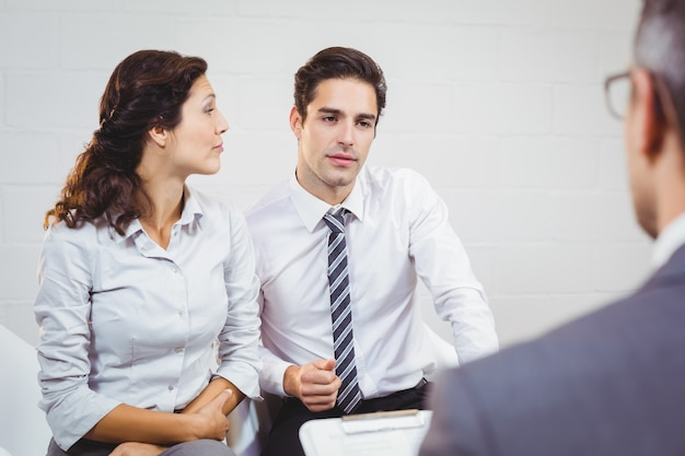 ビジネスマンと議論するクライアント