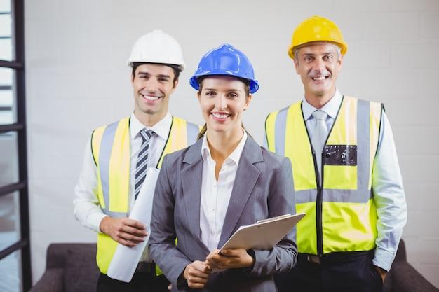 Портрет улыбающихся архитекторов с буфером обмена