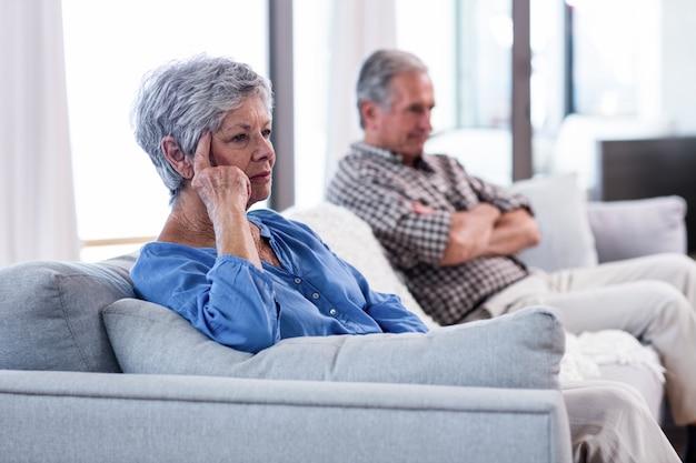 Расстроенная пара старших игнорируя друг друга