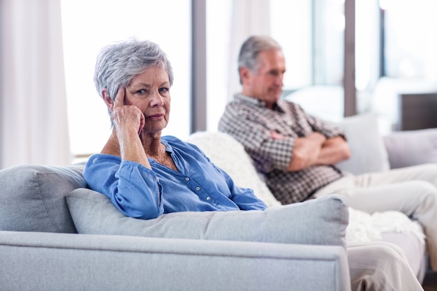 お互いを無視して動揺の年配のカップル