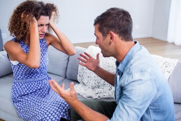 Молодая пара сидит вместе и обсуждает после боя