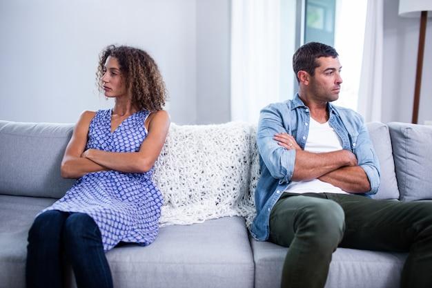 Расстроенная молодая пара игнорирует друг друга
