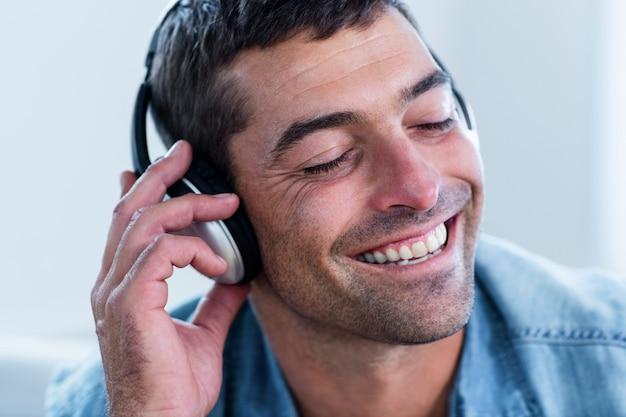 ヘッドフォンで音楽を聴く若い男