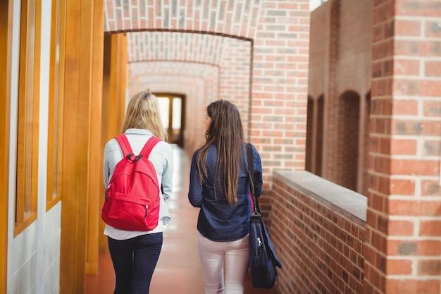 大学の廊下で学生の後姿