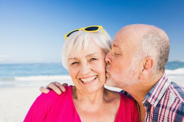 年配の男性が妻にキス