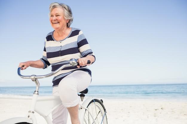 自転車で年配の女性