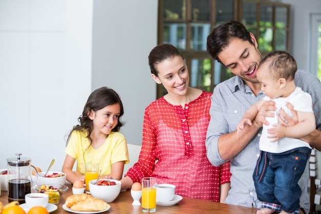 朝食のテーブルで笑顔の家族