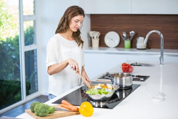 若い女性の料理