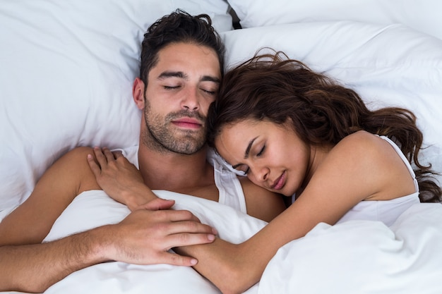 ベッドで寝ているカップルのクローズアップ