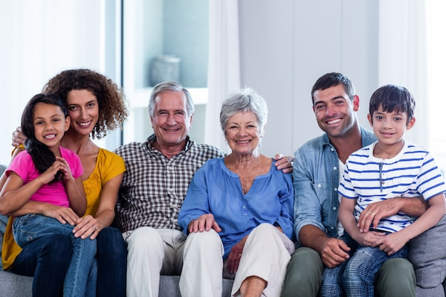 ソファーに一緒に座って幸せな家族の肖像画