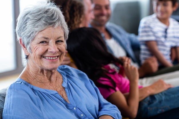 Портрет старшей женщины улыбаются