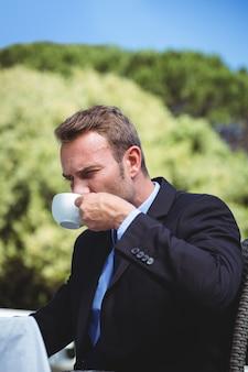 コーヒーを飲む真面目な実業家
