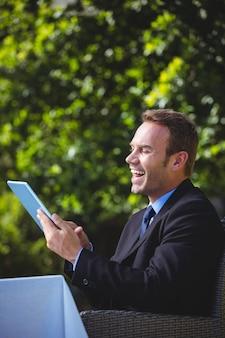 Бизнесмен с помощью планшета