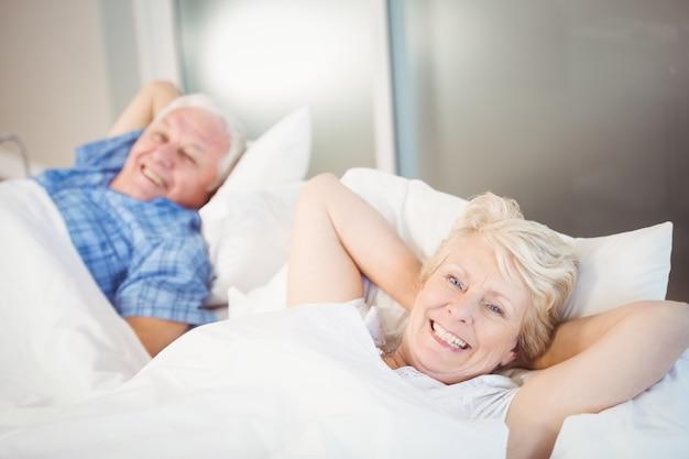 Портрет счастливая пара старших отдыха на кровати