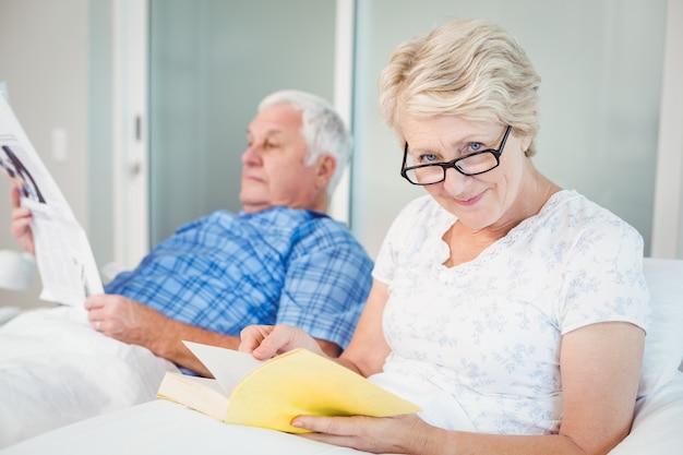 年配のカップルがベッドで読書