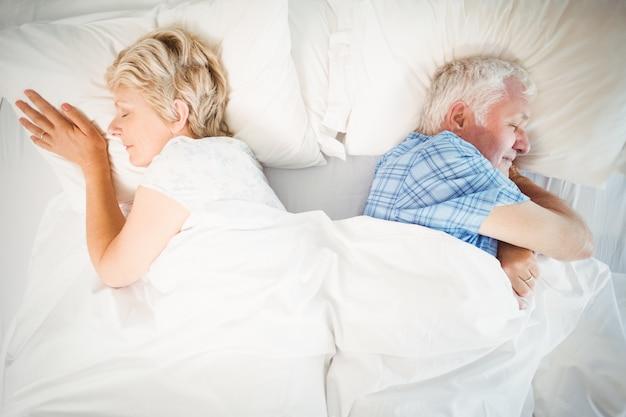 寝ている年配のカップル