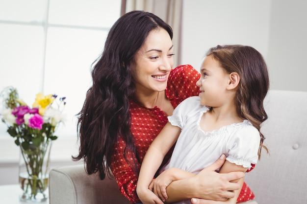 Мать и дочь смотрят друг на друга дома