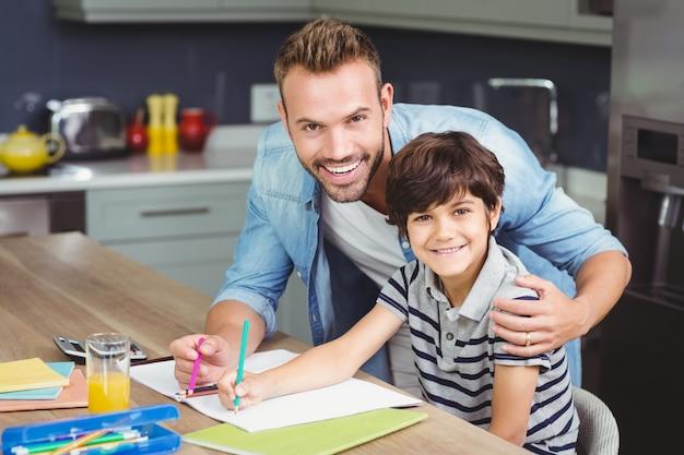 息子が宿題をするのを助ける父