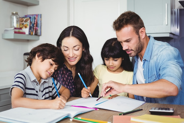 宿題をしている子供を支援する親