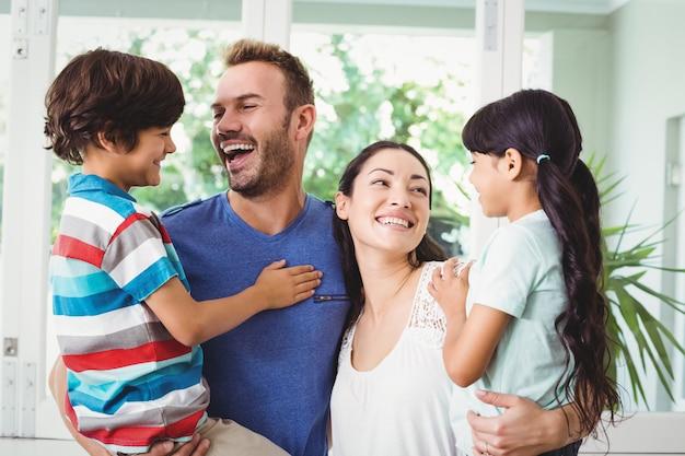 Улыбающиеся родители со своими детьми